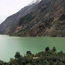 地震でできた湖らしいです。