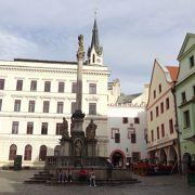 「スヴォルノスティ広場」の南側にある記念塔