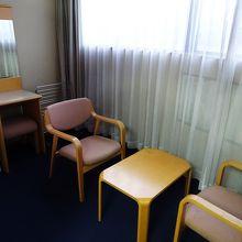 窓際に椅子が置かれていました