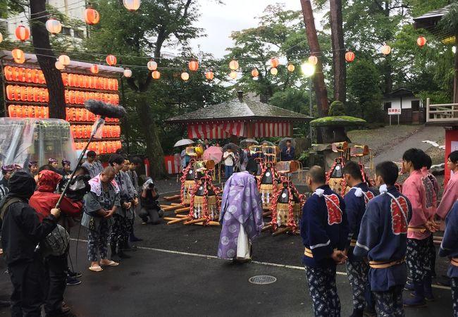 祭りが雨で残念な状態