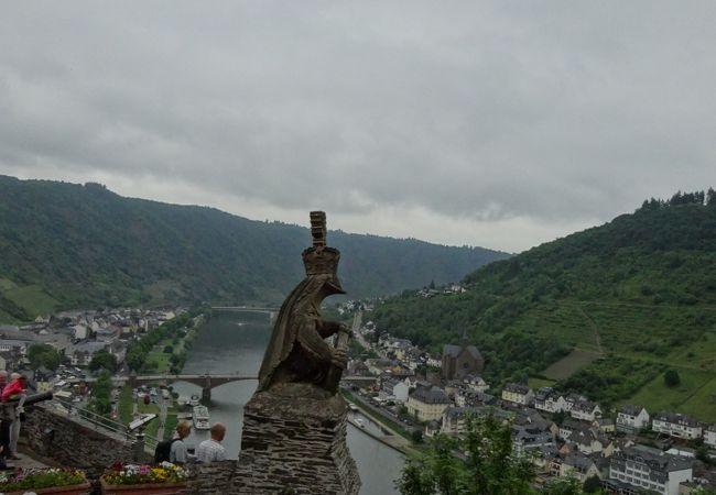 ライヒスブルク城から、モーゼル川を眺める