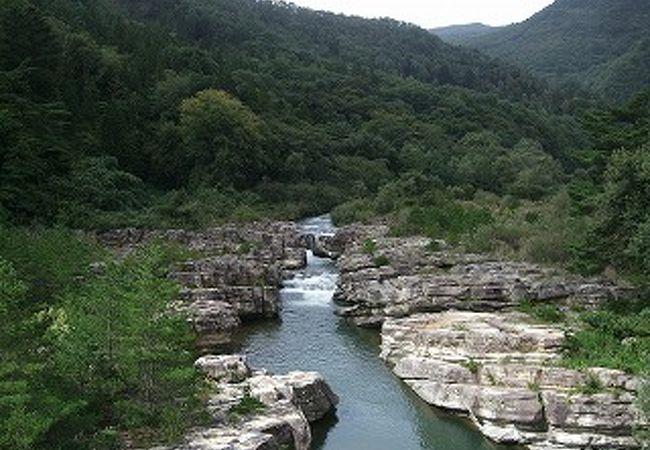 滑滝の荒々しさと、飯坂温泉の露天風呂から見る渓流のせせらぎが良いです