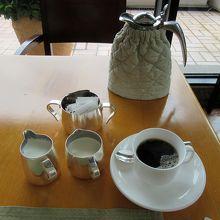 コーヒーにはミルク&クリーム、ポットにはティーコージー