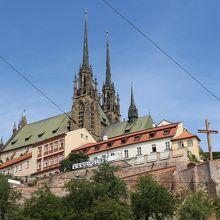 通りから見た大聖堂