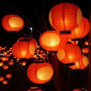 七夕飾りみたいに竹に赤いちょうちんがいくつもぶら下げられて