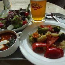 普通のビールと料理