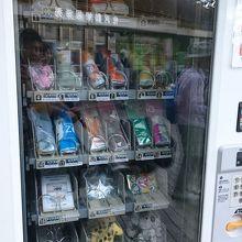 入口にちょっとした必需品を売っている自販機あり