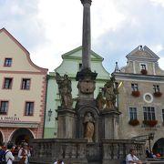 広場の真ん中にある塔