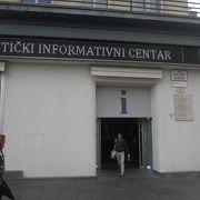 イェラチッチ広場の東南角で東側に面したビルの1階にあります