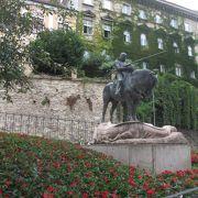 ラディチェヴァ通りをしばらく北に進んでいくと左手にある像です