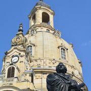 聖母教会の前の広場