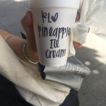 ぞんざいな文字が書かれたカップ
