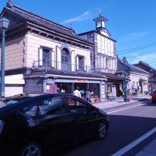 通りは趣のある建物が並んでいます。
