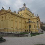トミスラヴ王広場の北側にある展示場です