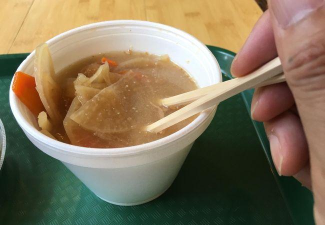 トン汁の中身。根菜が多いのは有り難い。