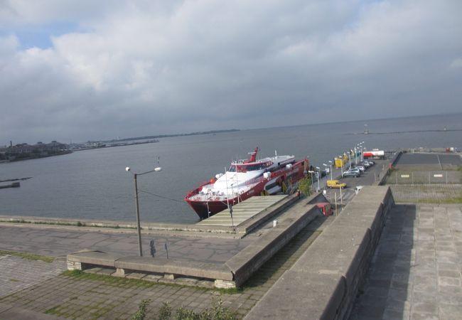 小さな港でターミナルも小さいです