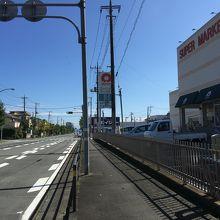 バス停「宇佐美新町」の斜め前は「スーパーながや」