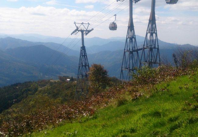 シーズンオフ、ゴンドラも登山客用に動いてます