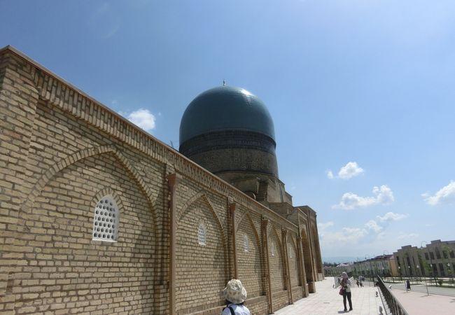 建築群やモスク、廟を見て周りました。