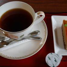 小さなケーキと丁寧に入れられたコーヒー