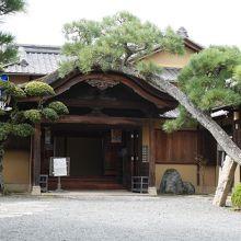洋館のすぐ隣にある和館