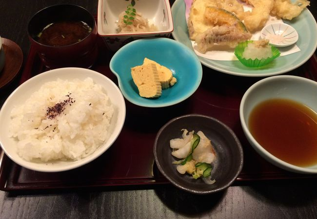 揚げたての天ぷら定食。
