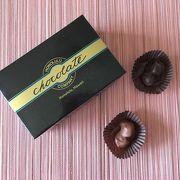 味もパッケージもシックなマカデミアナッツチョコレート
