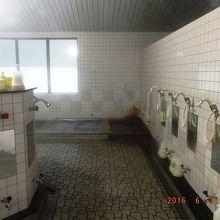 右奥の小さい浴槽が天然温泉