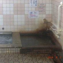 炭酸冷鉱泉なので温めています、飲用カップが見えます