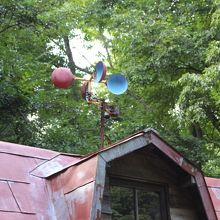 屋根の上には風力発電