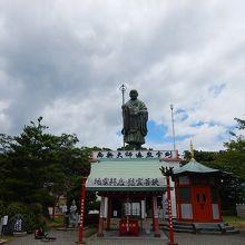 巨大な弘法大師像が聳える寺院