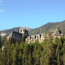 ボウ滝脇のトレイルをちょっと上るとホテル全景が見えます