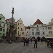スヴォルノステイ広場の中心にあります。