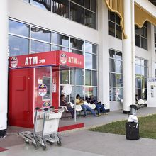ATMは建物の外にあります。
