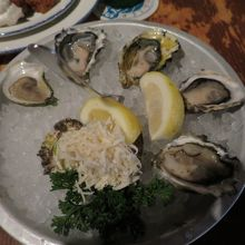 生牡蠣5個。全て違う種類。
