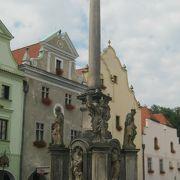 町の中央の広場にあります。