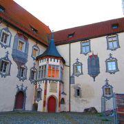 だまし絵が描かれている街の中心に立つお城