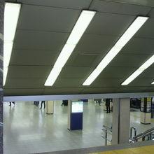写真左の標識の階段を降りると、東京観光情報センターがあります