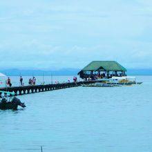 ナルスアン島のシンボルの長い桟橋です。