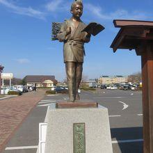 町のシンボル、二宮金次郎です。