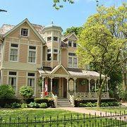 画家のギャラリーになっているピンクのかわいい邸宅