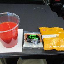 初めの飲み物(トマトジュース)とおつまみ