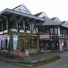 1階は展示コーナーなど、2階はお土産売店と飲食店コーナー