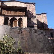 インカの石組みの上に教会