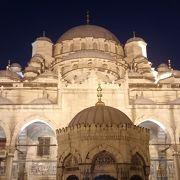 ガラタ橋南端の夜景が素晴らしいモスク