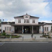クラシックな洋館の駅舎