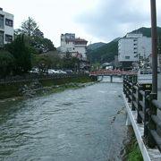 音信川沿は温泉街らしい雰囲気がある