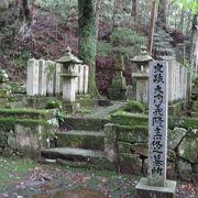 義隆の墓を囲むように家臣達の墓が立ち並んでいます