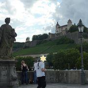 橋脚の上に聖人像が並んでいます