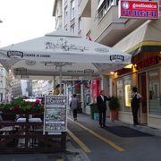 メニューは日本語併記で安心の人気店